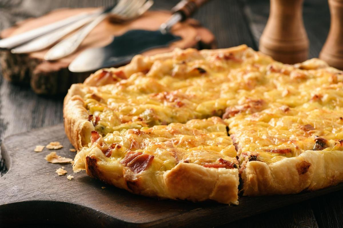 Quiche with leek and bacon bits