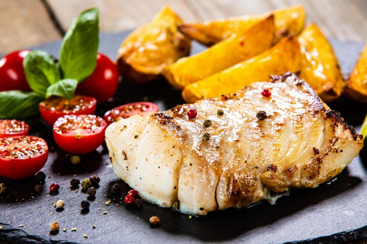 Cod with vegetables and potato wedges