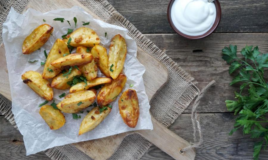 Potato wedges with chicken and a fresh salad