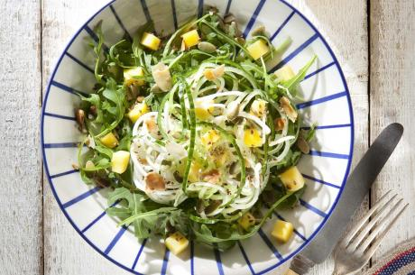 Crispy salad with mango sauce