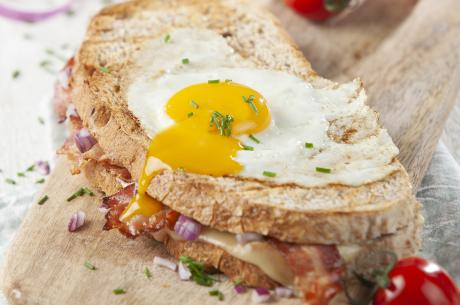 Croque madame with bacon and red onion