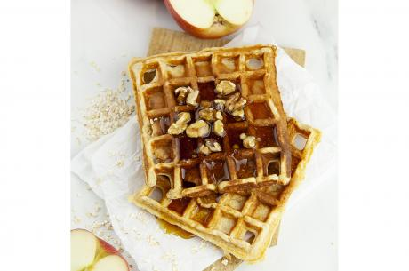 Oatmeal waffles with apple